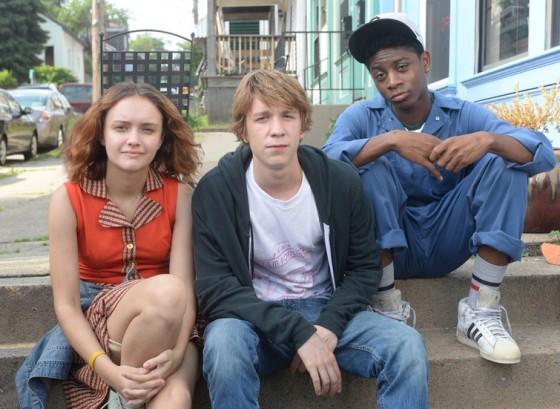Olivia, Mann e Cyler: humor ácido e ausência de amor romântico em produção que foge das fórmulas dos filmes para adolescentes