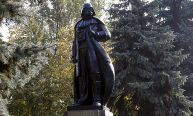 Mudança faz parte de nova lei que exige a destruição de símbolos comunistas no país. O monumento é criação do artista Alexander Miloy - VOLOKIN YEVGENY/REUTERS